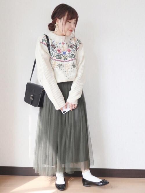 刺繍入りニット×グレーのチュールスカート×黒のパンプス×黒のバッグ