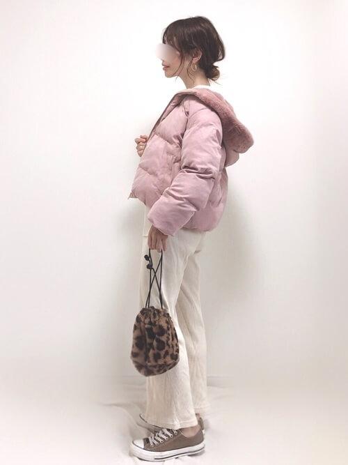 ピンクのジャケット×白のパンツ×ブラウンのスニーカー×レオパード柄のバッグ
