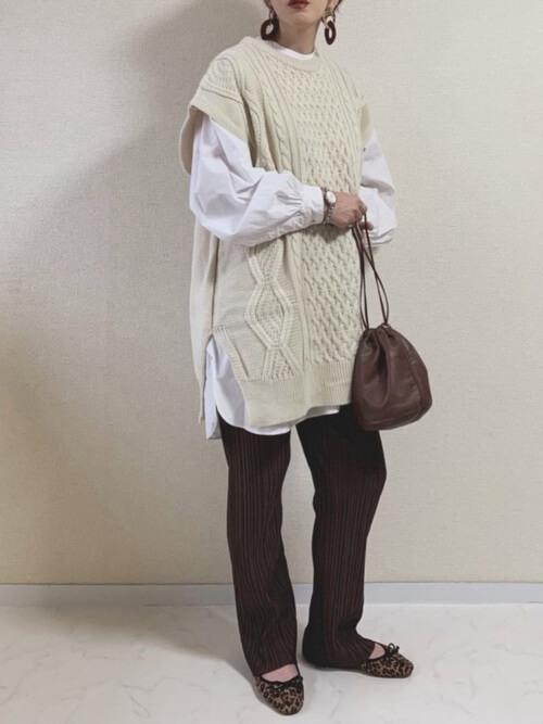 ニットベスト×白のドレスシャツ×ブラウンのリブパンツ×レオパード柄のバレエシューズ