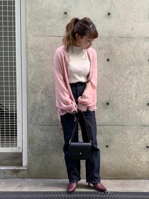 赤のブーティ×ピンクのシャツ×白のハイネック×デニムパンツ