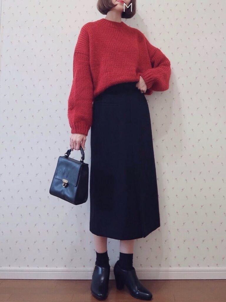 赤のニット×黒のタイトスカート×黒の靴下×ブーティのレディースコーデ
