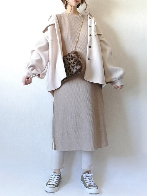 白のシャツジャケット×ベージュのワンピース×白のレギンス×アニマル柄のバッグ