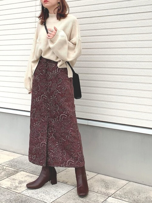 茶色のショートブーツ×ベージュのニット×ブラウンのスカート×黒のショルダーバッグ