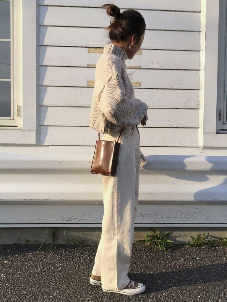 ホワイトデニム×スニーカー×ベージュのニット・セーターの秋コーデ