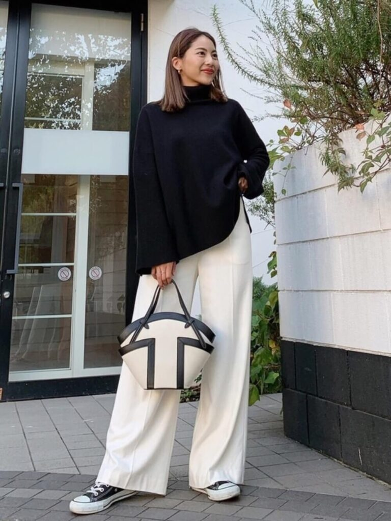 白のワイドパンツ×スニーカー×黒のニット・セーターの秋コーデ