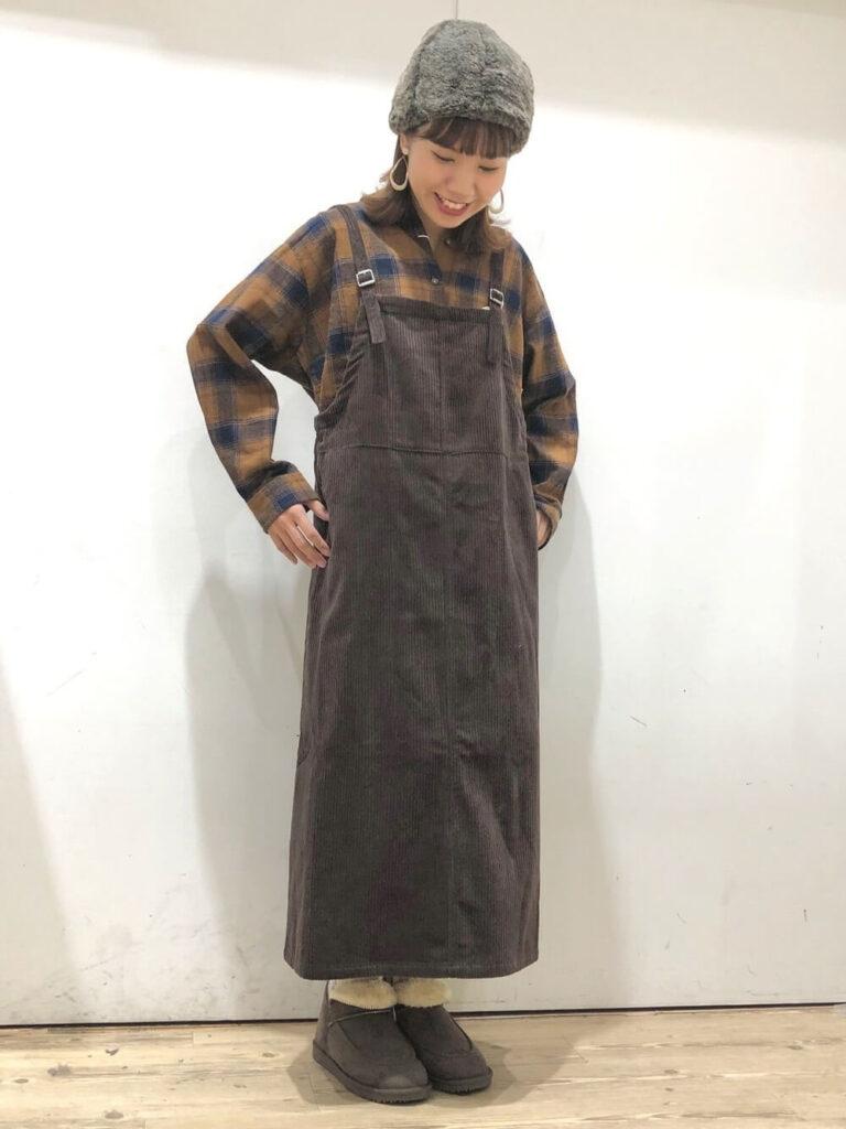 チェック柄シャツ×コーデュロイサロペットスカート×グレーのムートンブーツのレディースコーデ