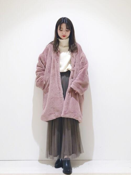 ブーティ×ピンクのファーコート×白のタートルネック×グレーのチュールスカート