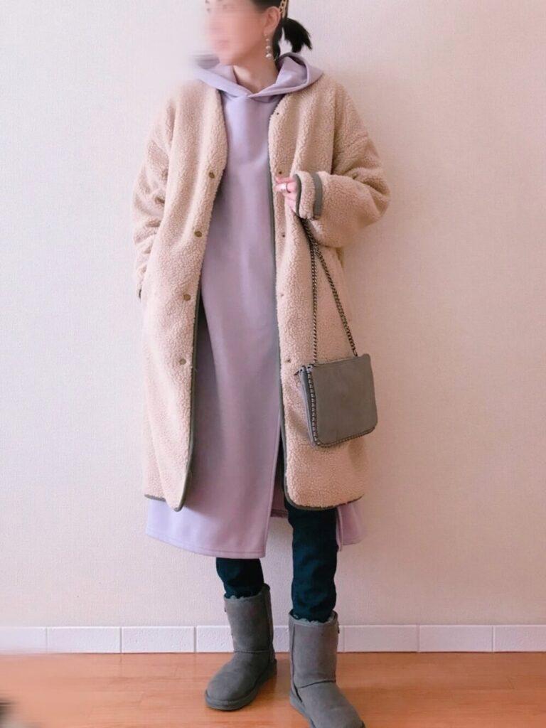 紫にパーカーワンピ×ボアノーカラーコート×スキニーデニム×グレーのムートンブーツのレディースコーデ