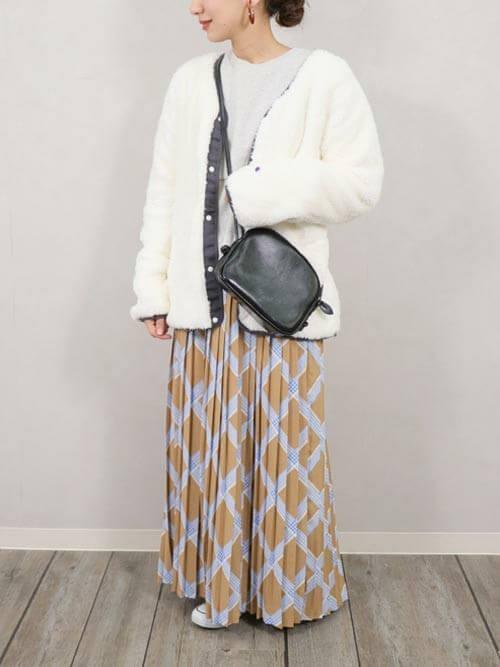 チェックのプリーツスカート×白のフリース×グレーのニット×黒のバッグ