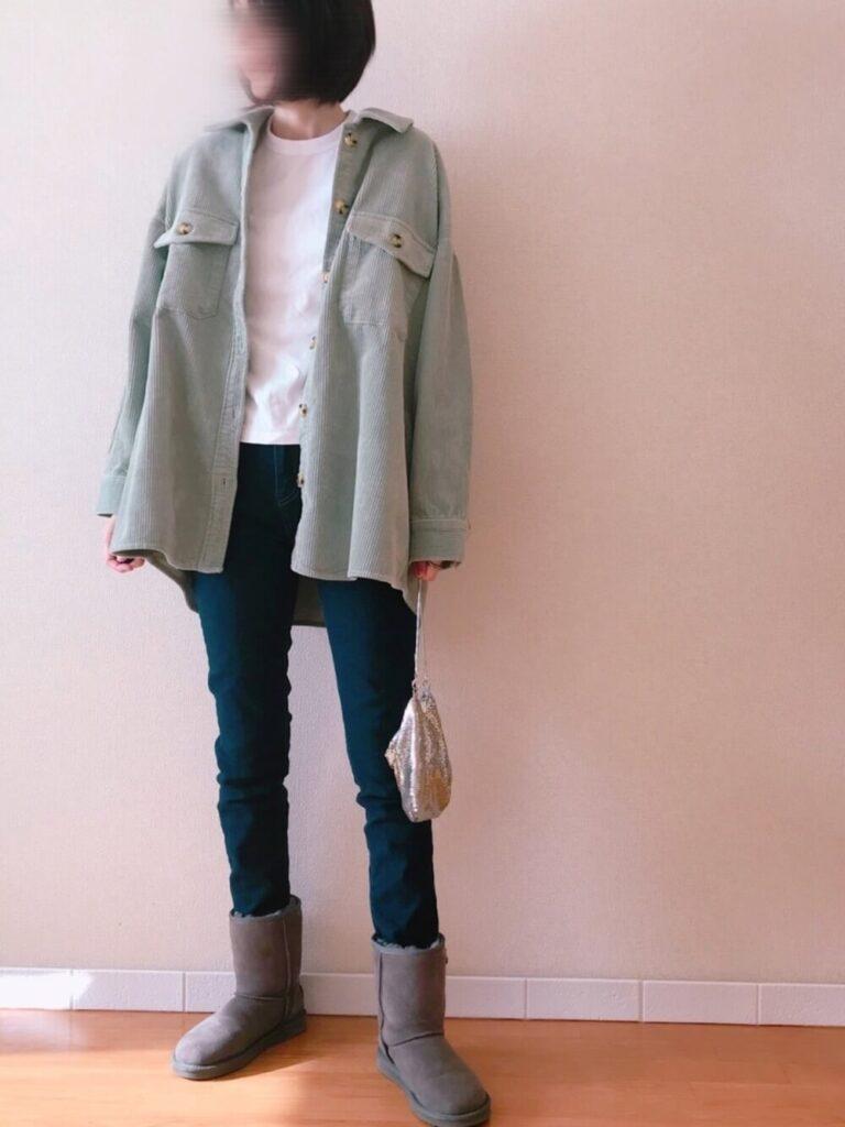 CPOジャケット×白のTシャツ×デニム×グレーのムートンブーツのレディースコーデ