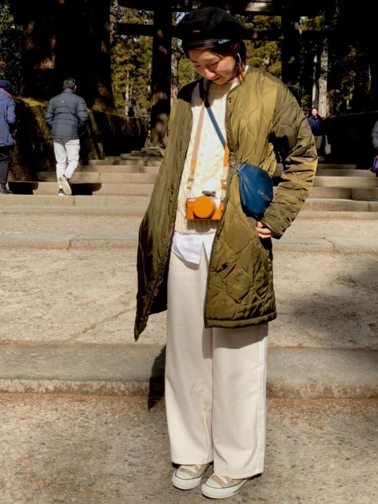 白シャツ×白ニット×白ワイドパンツ×カーキのノーカラージャケットのカメラ女子コーデ