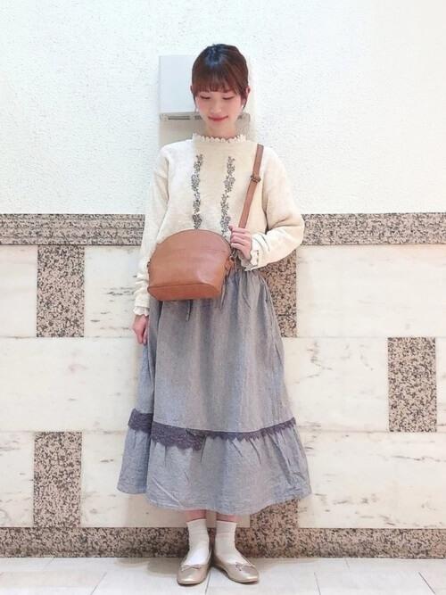 刺繍入りニット×グレーのスカート×ベージュのパンプス