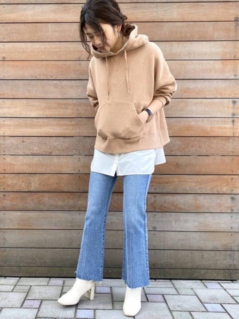 ブラウンのパーカー×白のバンドカラーシャツ×デニムフレアパンツ×ヒール