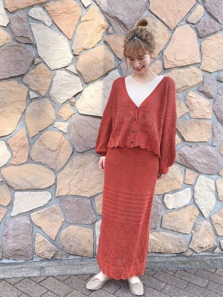 白のカットソー×透かし編みニットスカート×バレエシューズ×赤カーディガンの秋コーデ