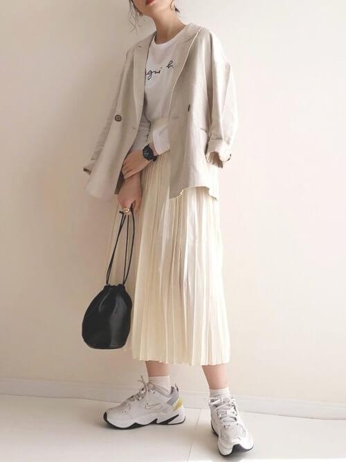 ベージュのテーラードジャケット×白のロンT×白のプリーツスカート×ナイキのスニーカー