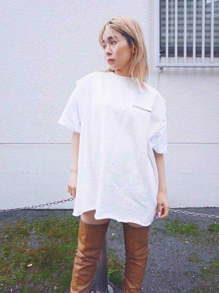 オーバーTシャツ×フレンチスリーブTシャツ×キャメルのニーハイブーツコーデ