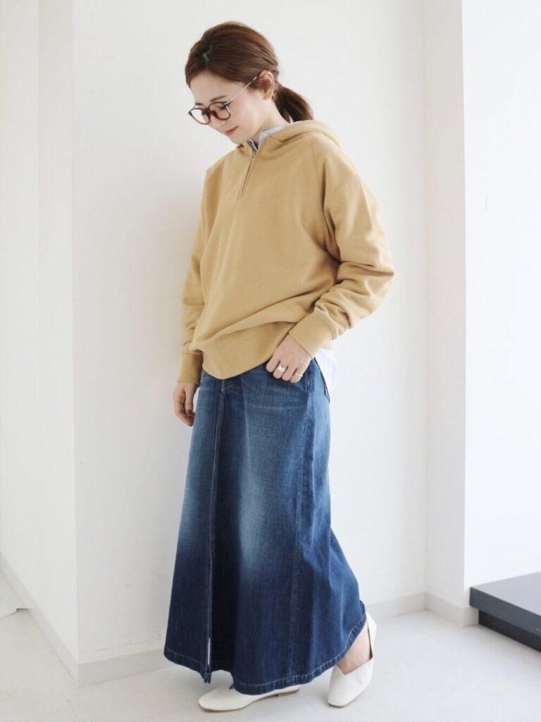 ベージュのパーカー×スタンドカラーシャツ×デニムスカート×パンプス