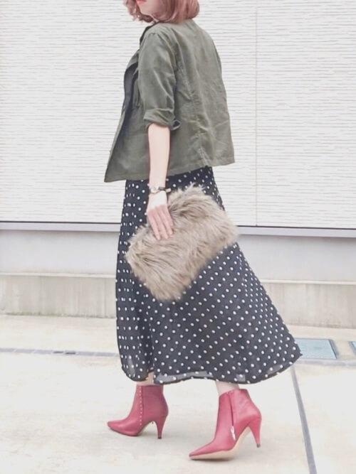 赤のブーティ×ミリタリージャケット×黒のドット柄スカート×ファーのクラッチバッグ