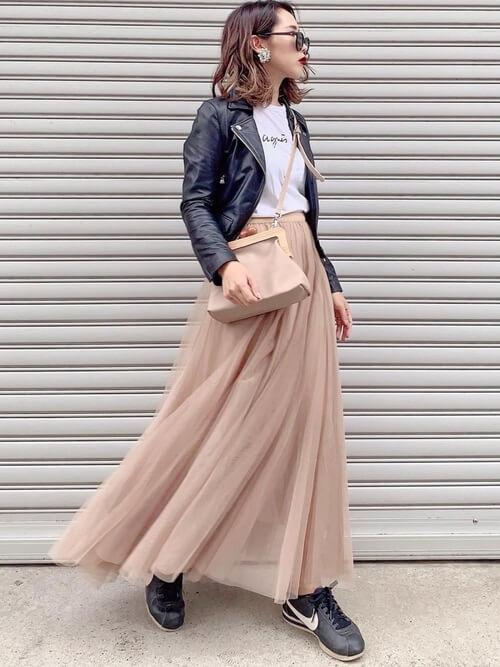 黒のレザージャケット×白のTシャツ×ベージュのチュールスカート×ナイキのスニーカー