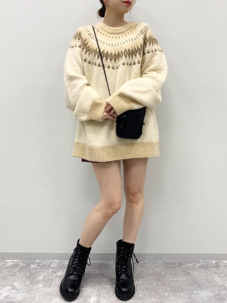 茶色のショートパンツ×ショートブーツ×ベージュのニット・セーターの秋コーデ