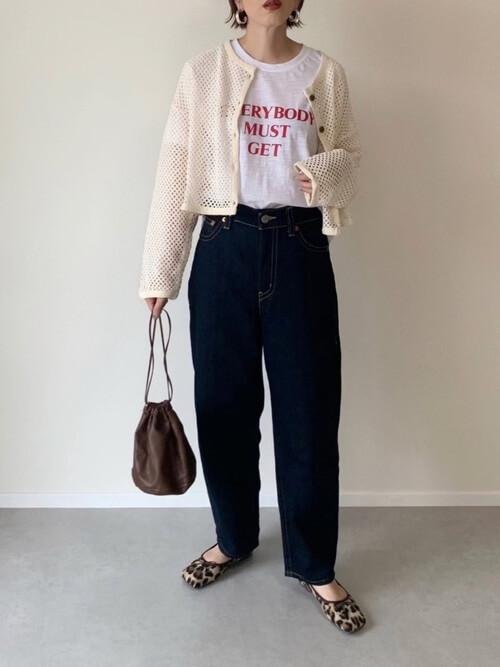バレエシューズ×ベージュのカーディガン×白のロゴTシャツ×デニムパンツ