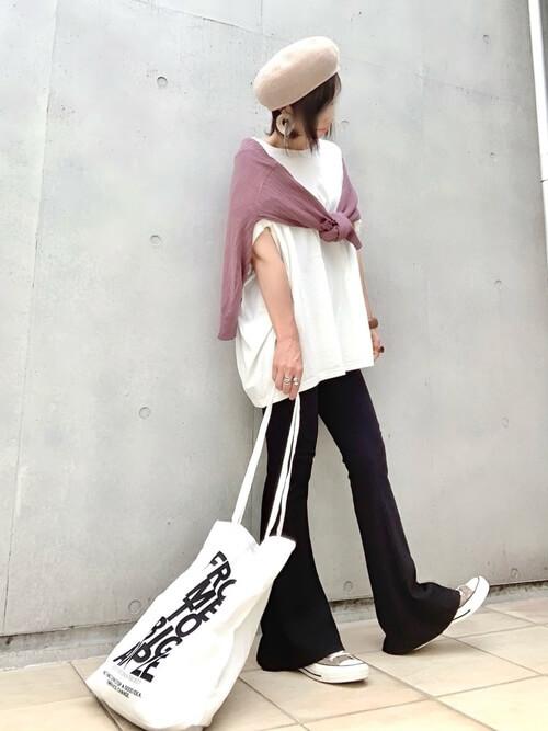 ニットカーディガン×白のTシャツ×黒のリブパンツ×ブラウンのスニーカー