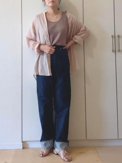 ピンクのシャツ×ワイドデニムパンツ