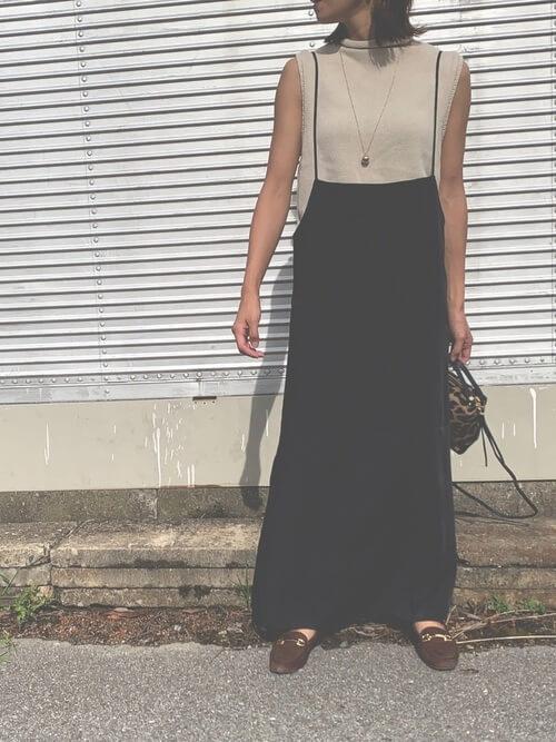 ノースリーブのリブニット×黒のサロペットスカート×ブラウンのローファー