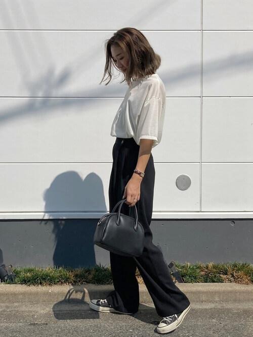 ワイドパンツ×シアーTシャツ×黒のスニーカー×黒のハンドバッグ