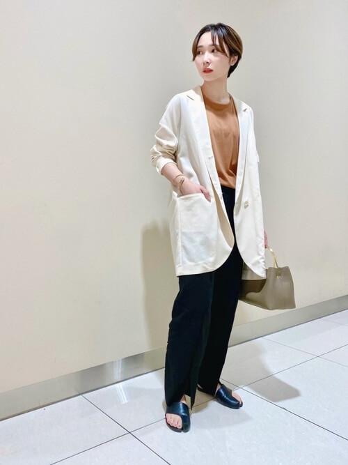 白のテーラードジャケット×ブラウンのTシャツ×黒のパンツ×黒のトングサンダル