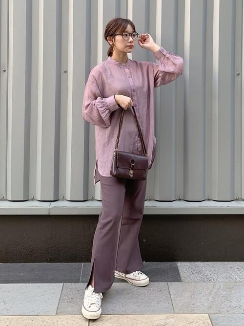 ピンクのシャツ×ブラウンのスリット入りフレアパンツ