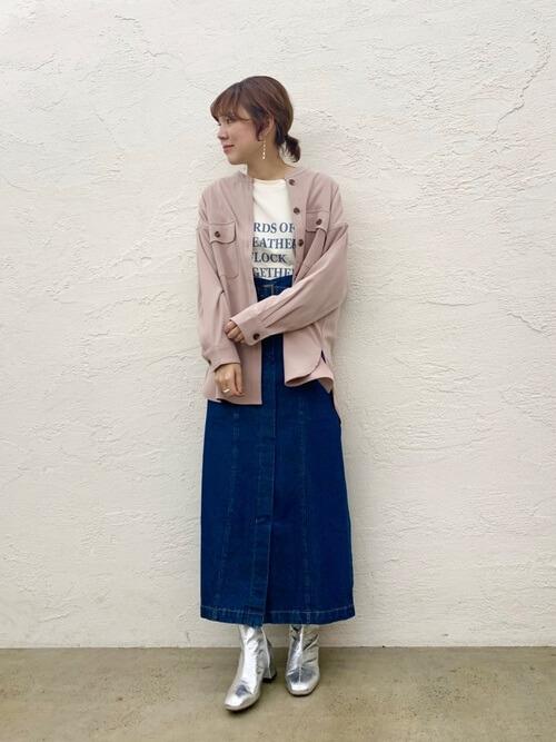 ピンクのシャツ×デニムスカート