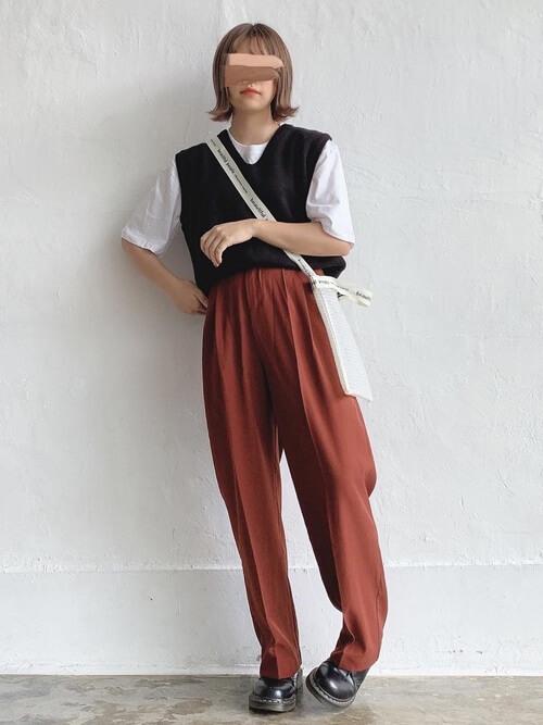 ニットベスト×白のTシャツ×ブラウンのパンツ×黒のブーツ