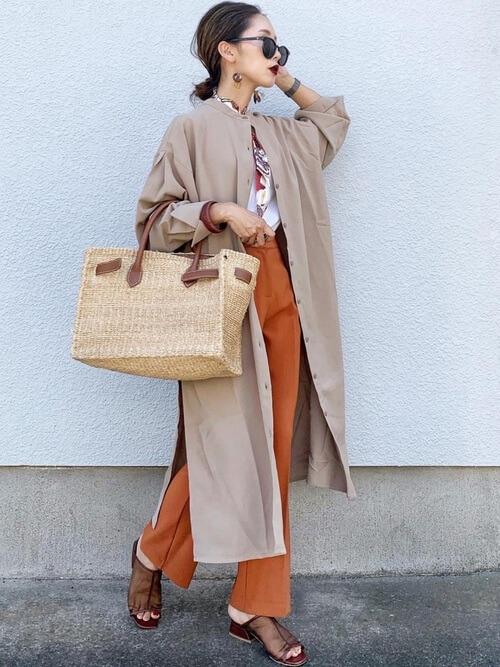 ロングシャツ×白のTシャツ×オレンジパンツ×ブラウンのクリアサンダル×スカーフ