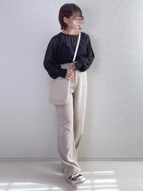 白のコーデュロイパンツ×黒のブラウス×ブラウンのスニーカー×ベージュのレザーバッグ
