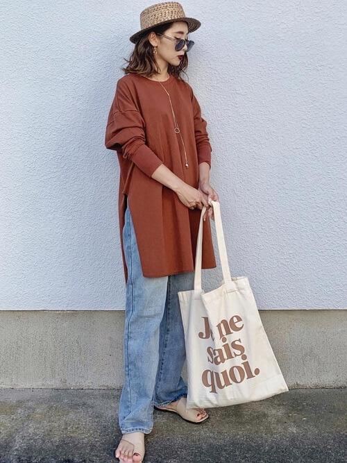 テラコッタのTシャツ×デニムパンツ×ベージュのトングサンダル×麦わらハット