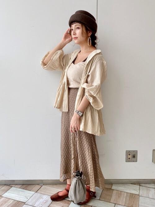 バレエシューズ×ベージュのシャツ×ベージュのキャミソール×ブラウンのスカート