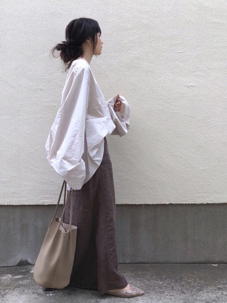 白のオーバーシャツ×チャコールグレーのマキシスカート×パンプスの秋コーデ