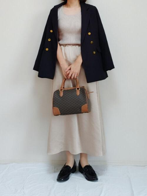 ノースリーブのリブニット×ネイビーのテーラードジャケット×ベージュのスカート×黒のローファー