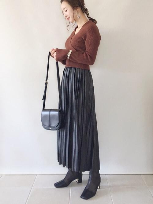 黒のプリーツスカート×ブラウンのカシュクールニット×黒のスクエアブーツ×黒のバッグ