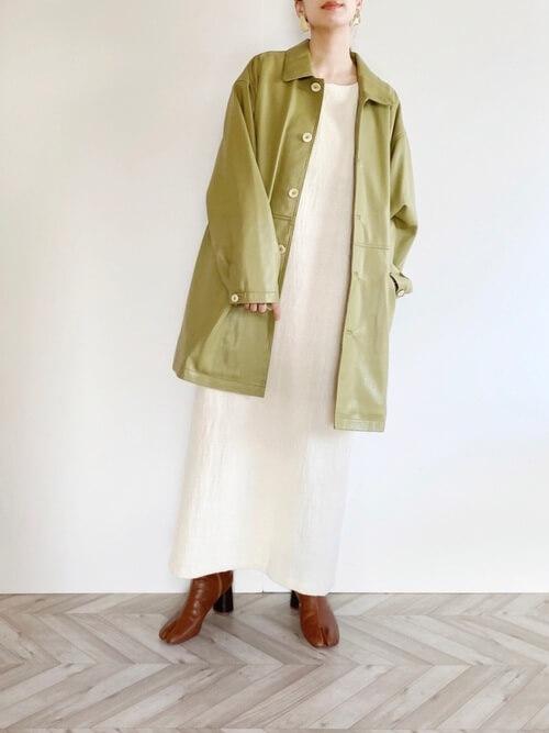緑のテーラードジャケット×白のワンピース×ブラウンのブーツ