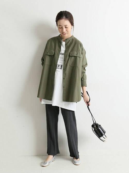 バレエシューズ×カーキのジャケット×白のロンT×黒のリブパンツ