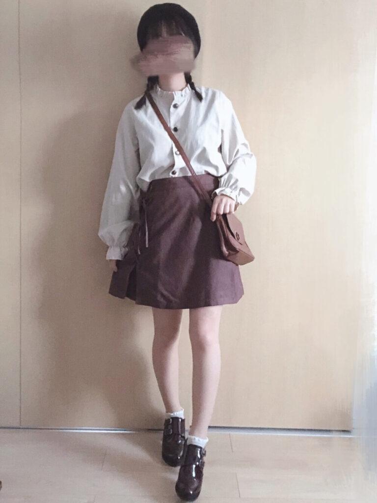 台形スカート×ピーチ色々釦ブラウス×モックストラップシューズ×ベレー帽