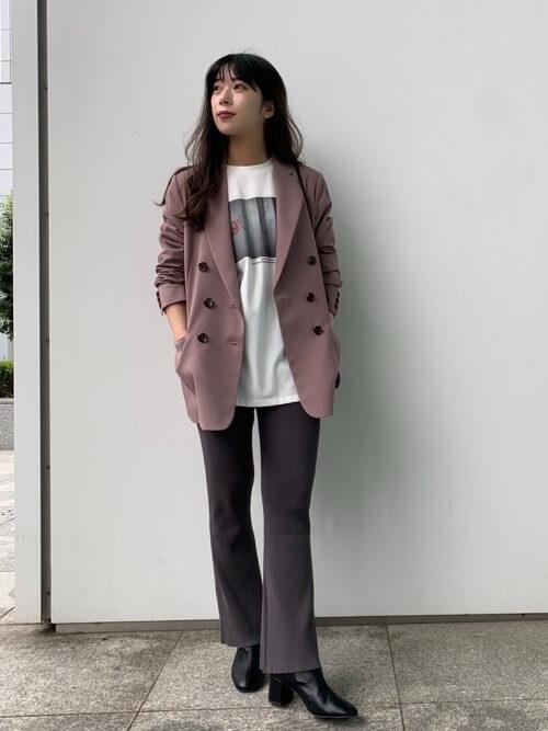 ピンクのジャケット×白のプリントTシャツ×グレーのニットパンツ×黒のブーツ