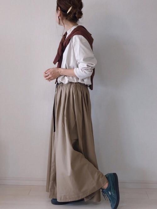 茶色のカーディガン×白のTシャツ×ベージュのスカート×グリーンのスニーカー