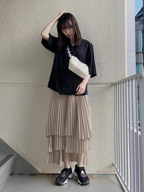 黒のカラーシャツ×ベージュのプリーツスカート×ナイキのスニーカー