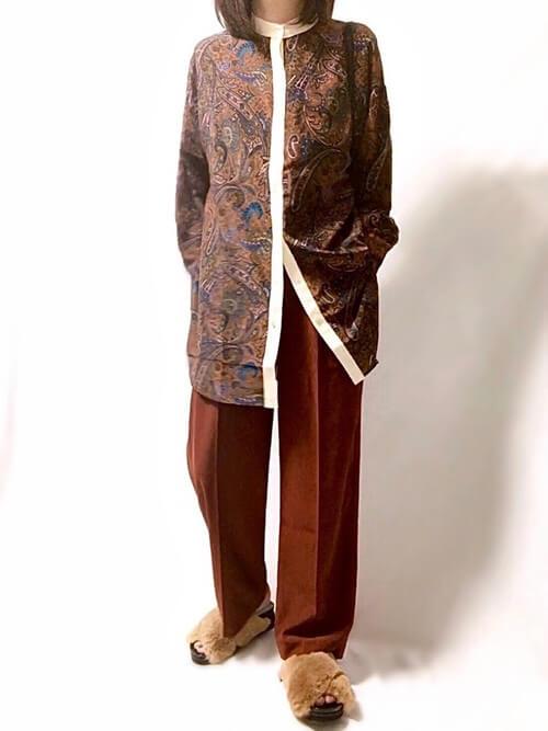 ファーサンダル×ペイズリー柄のシャツ×ブラウンのパンツ
