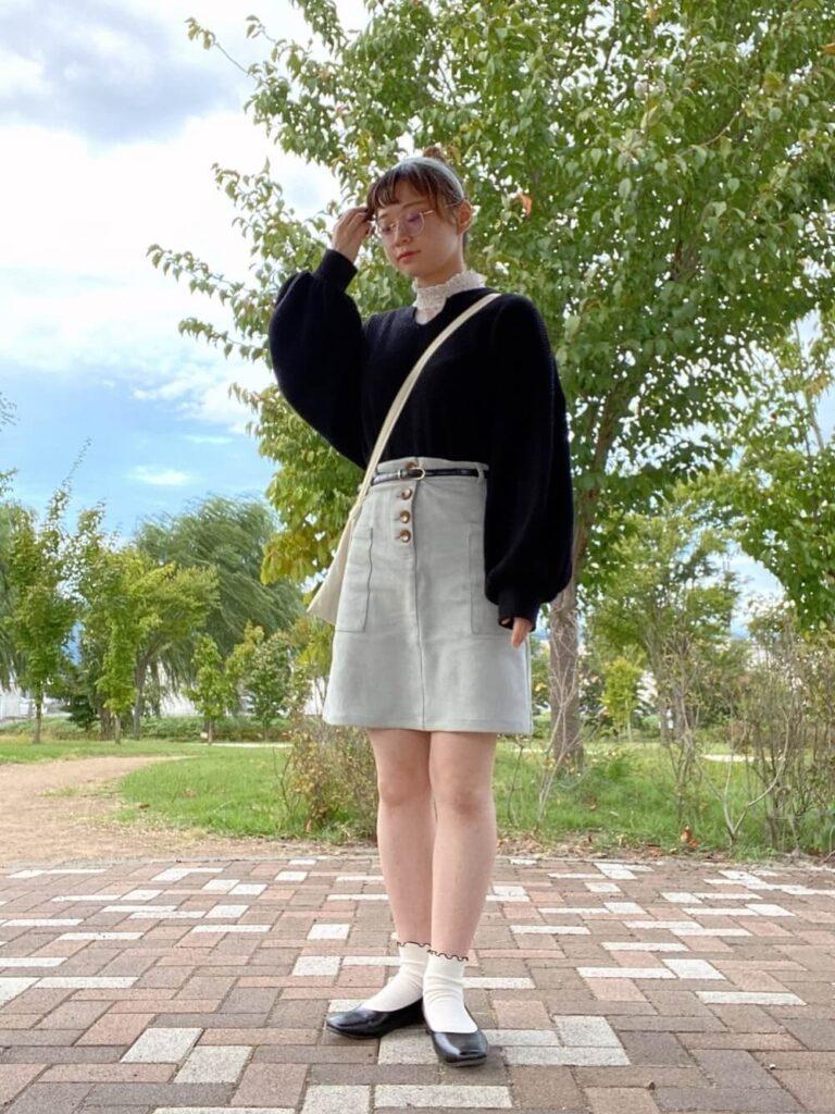 台形スカート×ワッフル袖ボリュームトップス×レースハイネックタンクトップ×黒のパンプス