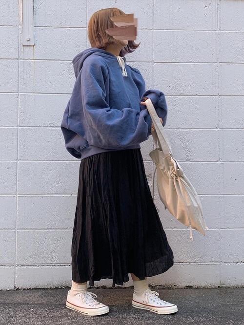 青パーカー×黒のスカート×白のスニーカー×ベージュのバッグ