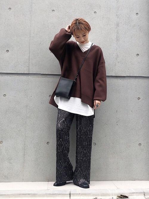 黒のショートブーツ×ブラウンのニット×白のロンT×黒の総柄パンツ